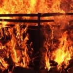 燃え上がる炎