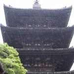 雨の八坂の塔