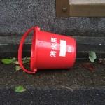 防火バケツ(台風の風で飛ばされていたもの)