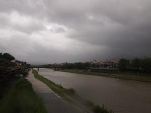 台風4号が接近した6月19日の御池大橋から