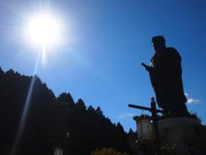 太陽と伝教大師像