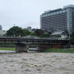 増水した鴨川と二条大橋 2011年