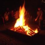 たき火も焚かれる