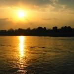 桂川に輝く朝日