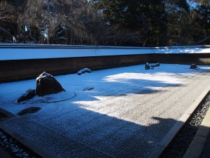 雪化粧の龍安寺