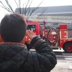 京都市消防出初式 見送る子ども