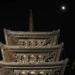 八坂の塔と月食
