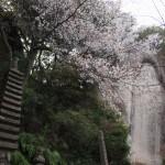 十三重石塔と弥勒磨崖仏