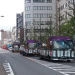 稲荷祭 トラックの列が連なる