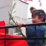 稲荷祭 還幸祭 お稚児さんが杉を授与してくれる