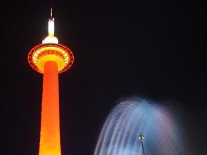 赤い京都タワーと音楽噴水
