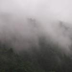 雨に煙る山並み