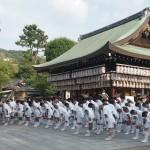 八坂神社に参拝する輿丁