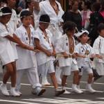 神輿を先導する子ども