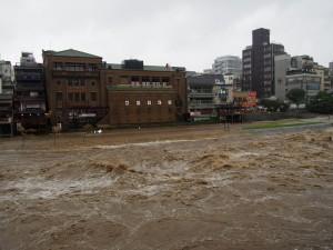 増水した鴨川