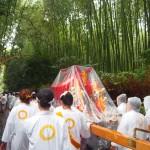 竹林を進む女神輿