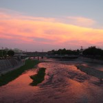 夕焼けを映す鴨川