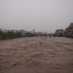激しく増水した鴨川 御池大橋から
