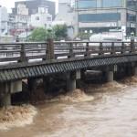 激しく増水した鴨川 三条大橋