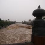 激しく増水した鴨川と昭和10年の水害を伝える擬宝珠