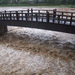 激しく増水した鴨川 疏水放水路合流点