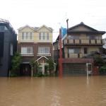 川沿いの浸水した家屋