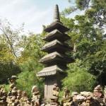 朝日山に建つ石塔