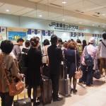 台風で帰りを早める人の列