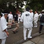 粟田祭 参道 綱で神輿を引く
