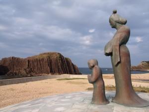 立岩と穴穂部間人皇女の像