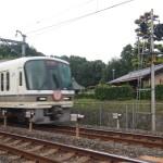 深草十二帝陵の横をJR奈良線が通る