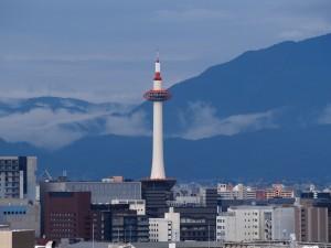 たなびく雲と京都タワー