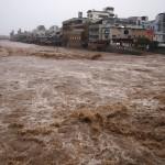 激しく増水した鴨川 三条大橋から